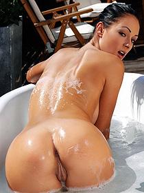 Hot assed babe takes a hot bath