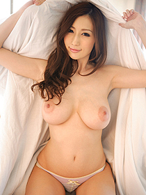 Busty Asian Modell Julia Witness